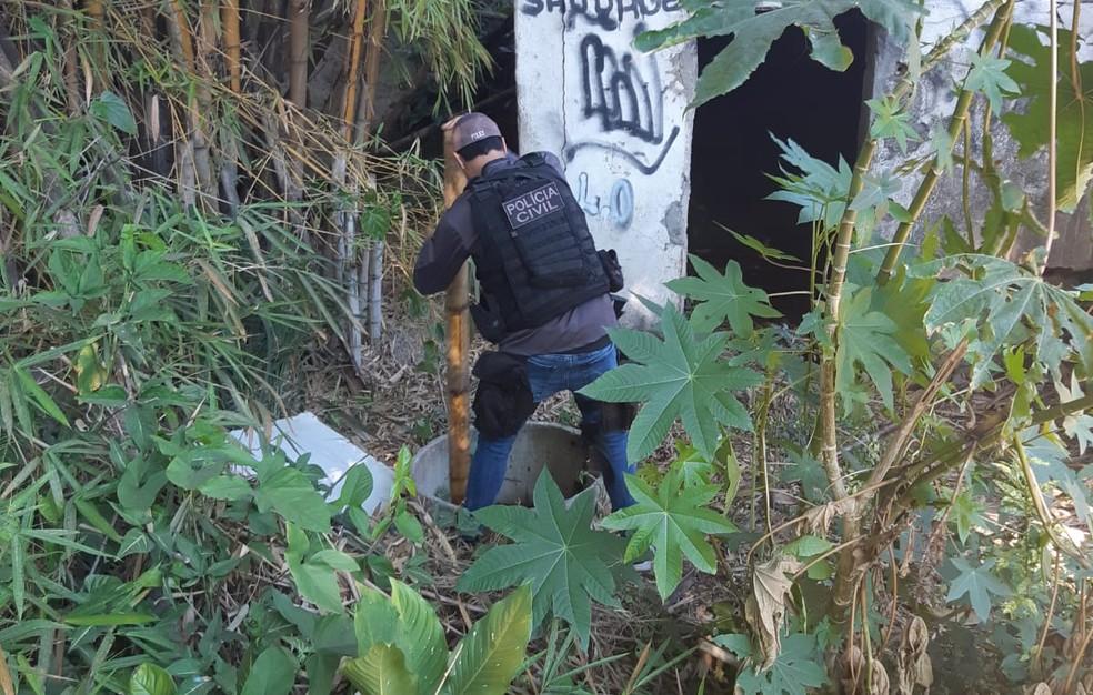 Agentes da Polícia Civil fazem buscas no Complexo do Castelar em busca de informações que possam levar a meninos desaparecidos de Belford Roxo — Foto: Divulgação