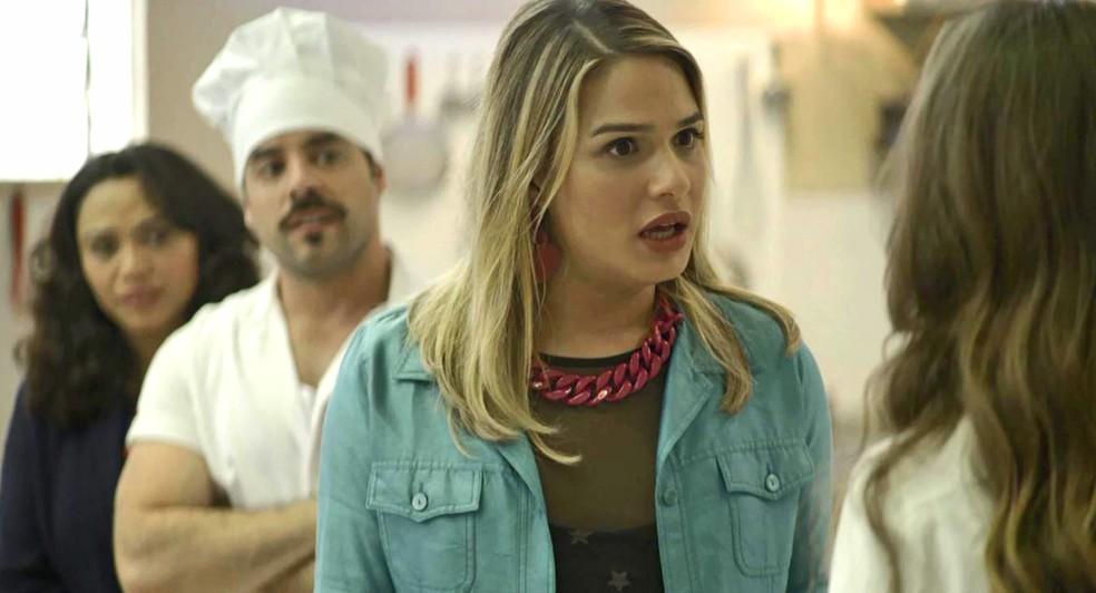Britney (Glamour Garcia) fica surpresa com mimo de Fabiana (Nathalia Dill), em 'A Dona do Pedaço' — Foto: Globo