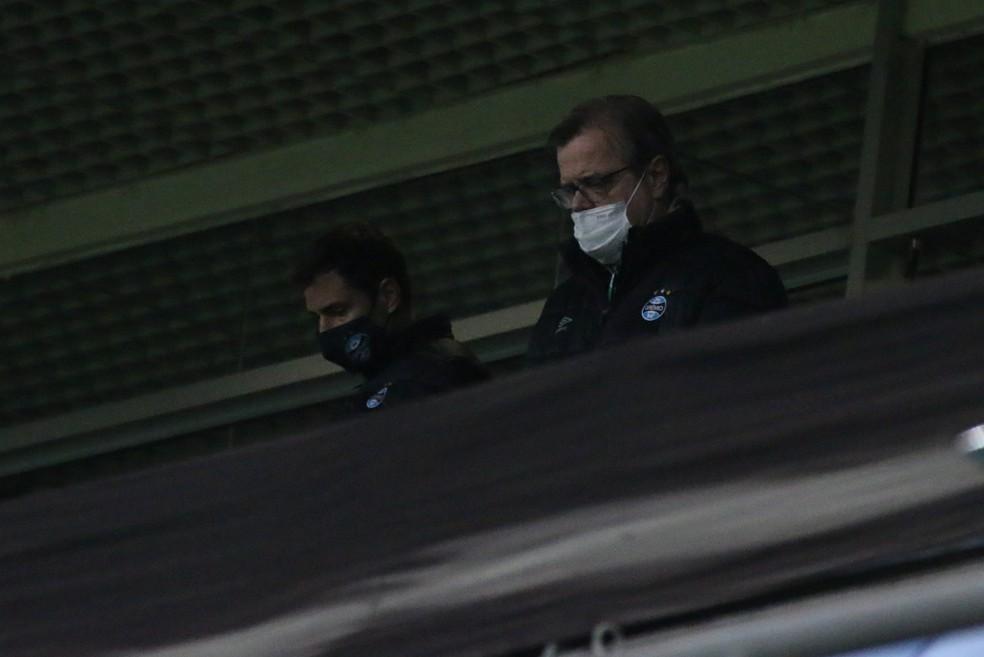 Executivo Diego Cerri e vice de futebol Marcos Herrmann no fim da derrota do Grêmio na Arena — Foto: Eduardo Moura