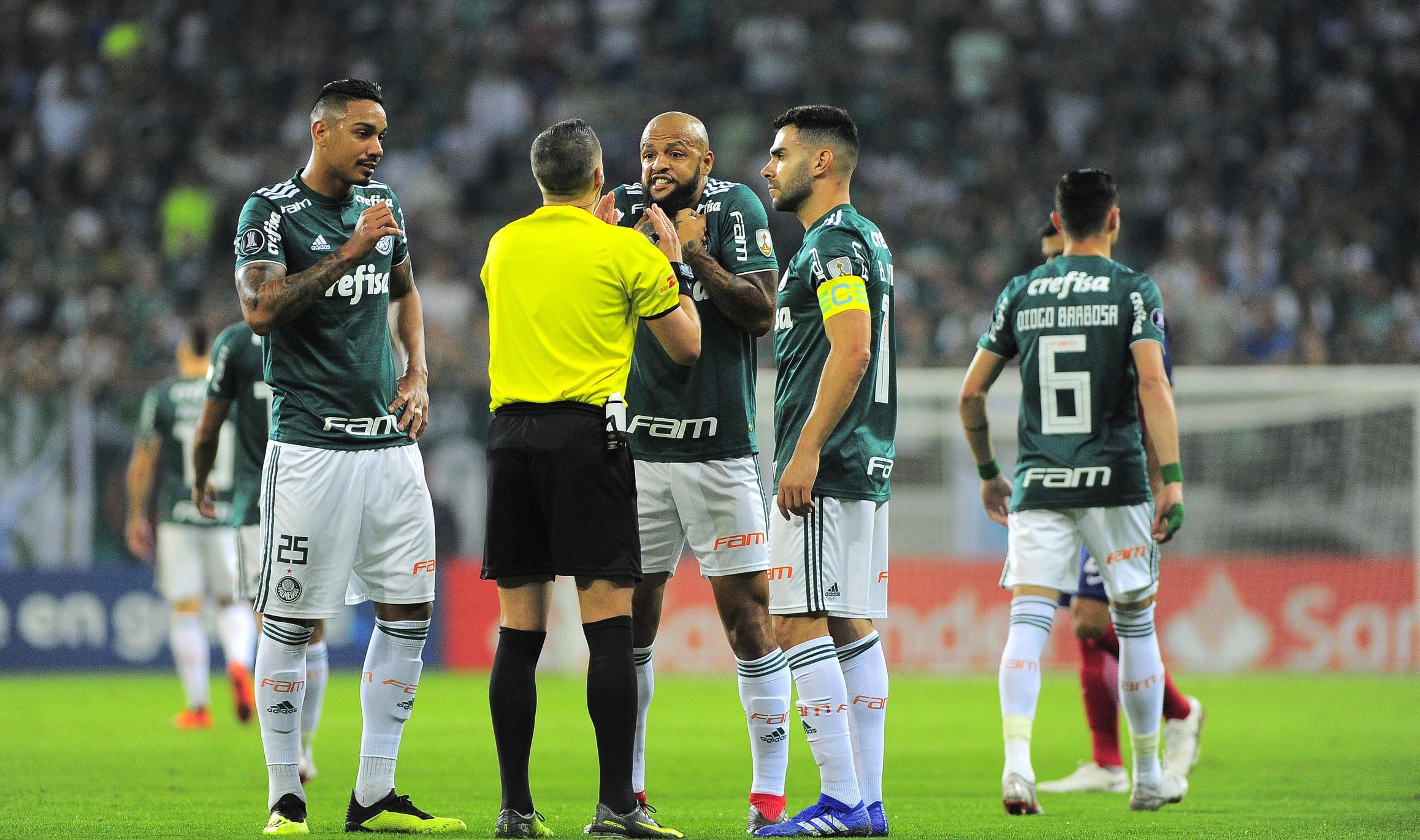 34d4af6fe1 Palmeiras se prepara para defender Felipe Melo contra 3 partidas de  suspensão