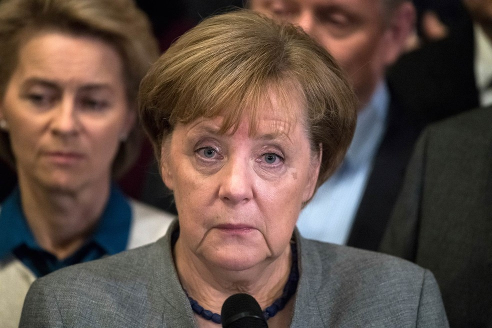 A chanceler alemã, Angela Merkel, faz um comunicado após o fracasso da tentativa de formar um governo de coalizão composto por seu partido conservador (CDU-CSU), os liderais (FDP) e os ambietalistas (Foto: Bernd von Jutrczenka/DPA via AP))