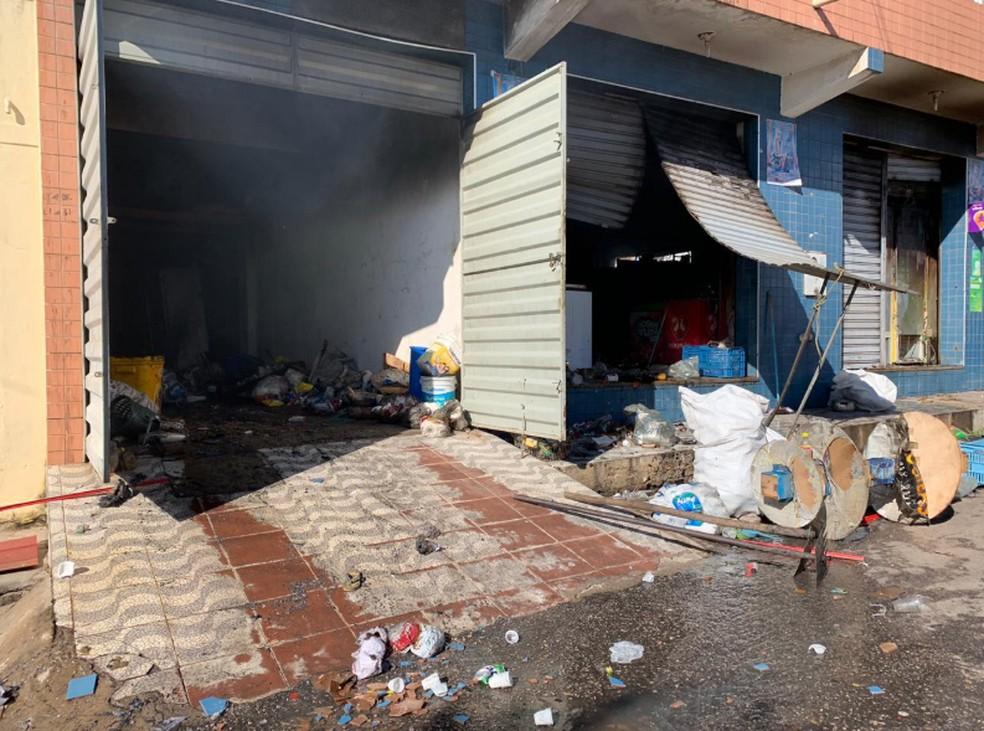 Parte da mercadoria ficou destruída. Não houve feridos. — Foto: Edson Freitas/TV Verdes Mares