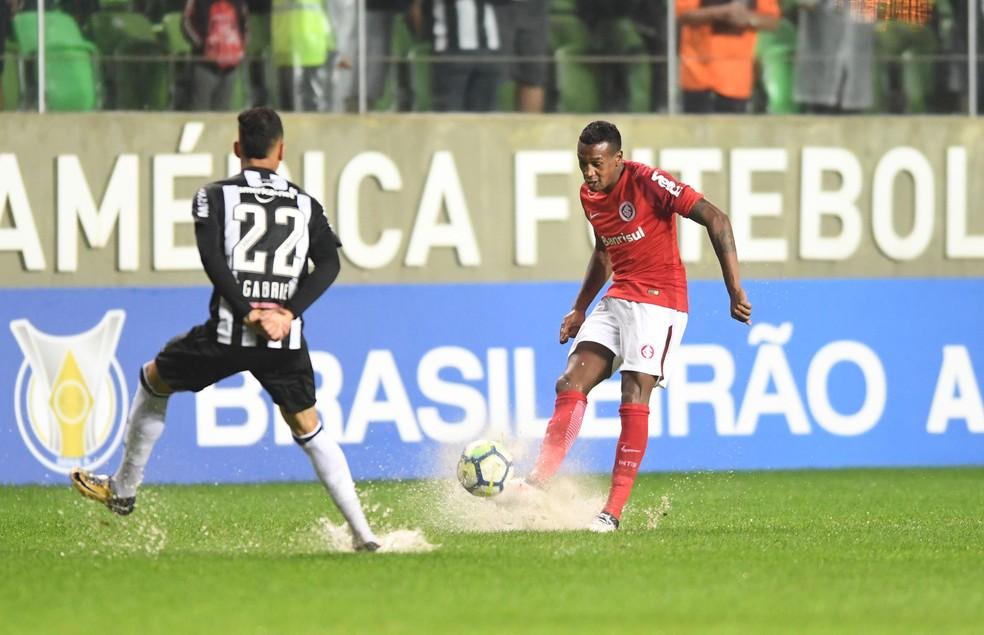 Edenílson contra o Atlético-MG (Foto: Ricardo Duarte / Inter, DVG)