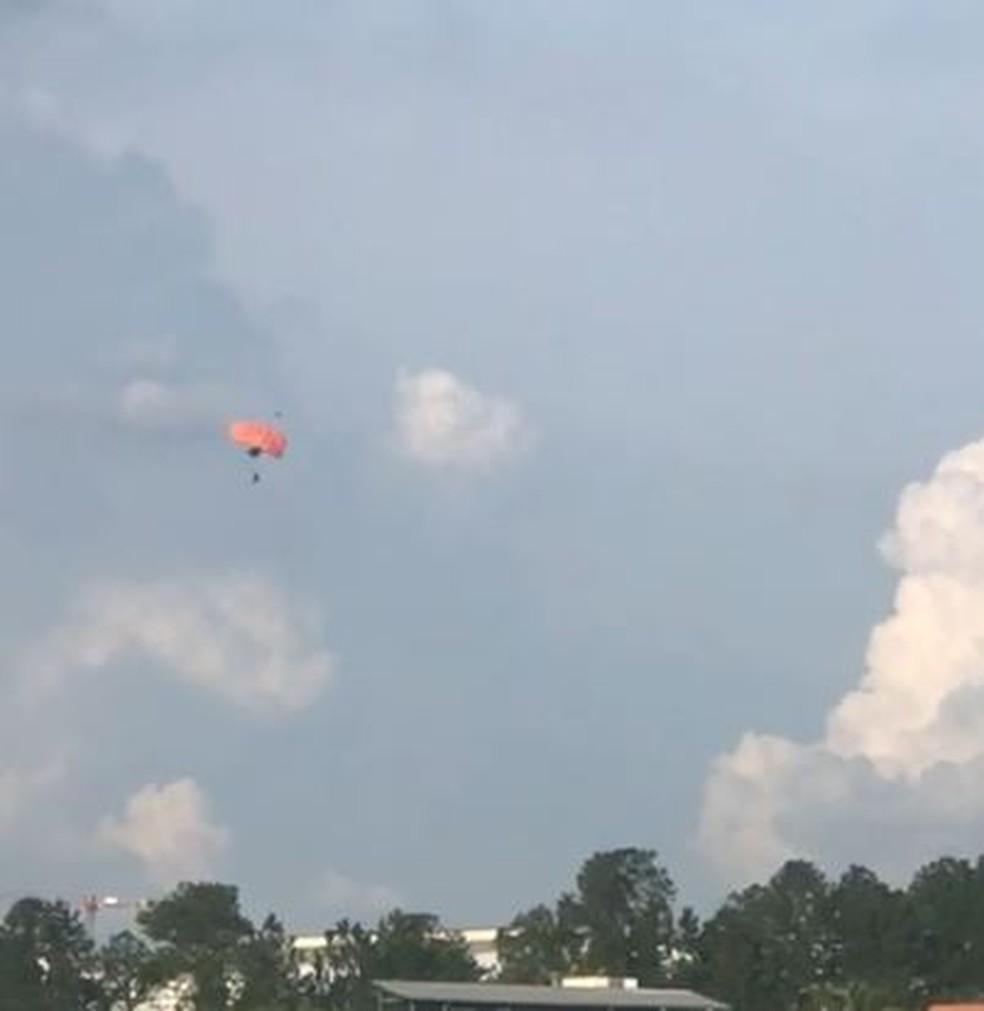 Foto mostra momento da queda de paraquedista em Boituva nesta terça-feira (18) — Foto: Arquivo Pessoal