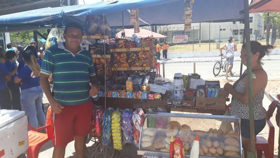 Aílton Lopes comemora o aumento das vendas nos dias de Enem (Foto: Ranniery Melo/G1)