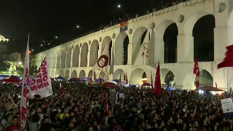 Multidão acompanha comício de Haddad na Lapa — Foto: Reprodução/TV Globo