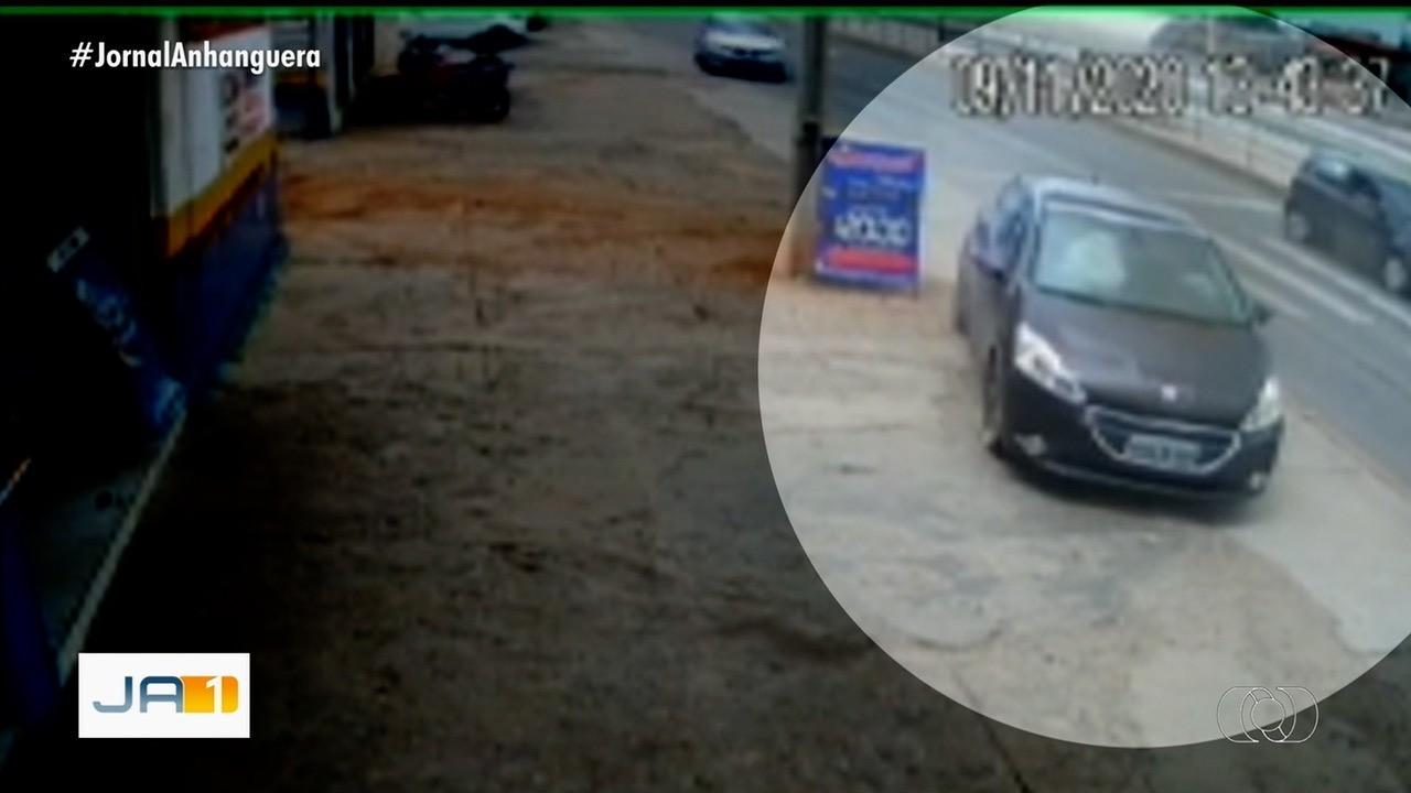 Carro anda sobre duas rodas após acidente em Anápolis