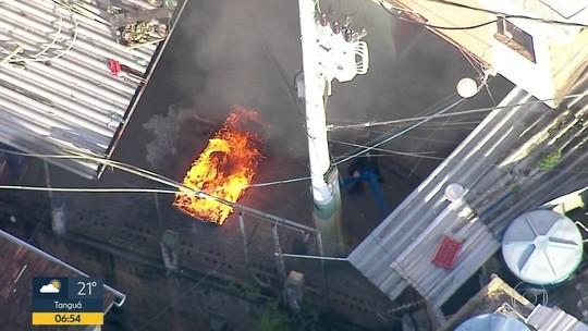Imagens mostram PM queimando móveis em favela na Zona Sul do Rio