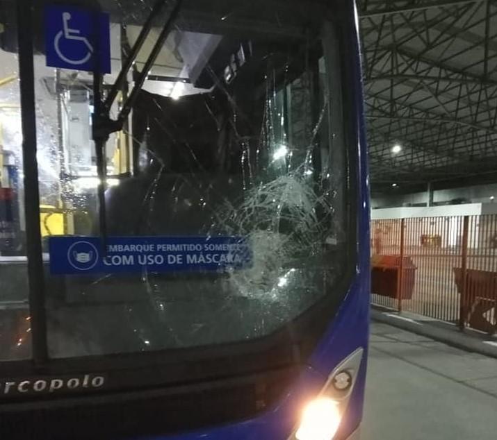 Ônibus intermunicipal é apedrejado em tentativa de assalto no litoral de SP