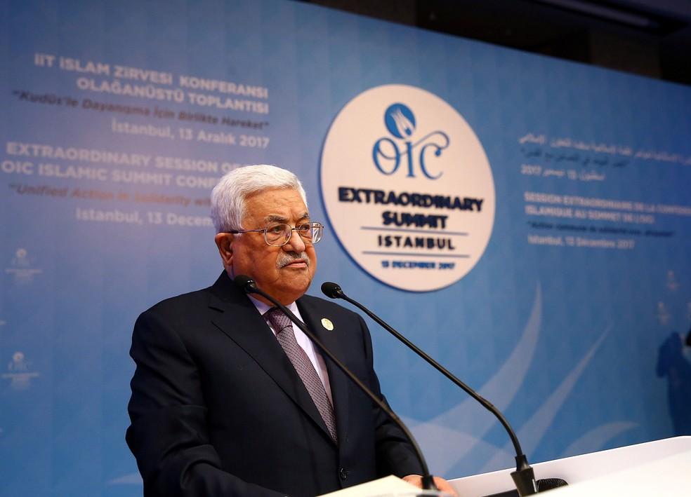 Presidente da Autoridade Palestina, Mahmoud Abbas, fala durante reunião de emergência da Organização de Cooperação Islâmica (OCI), na quarta-feira (13)  (Foto: Kayhan Ozer/ Reuters)