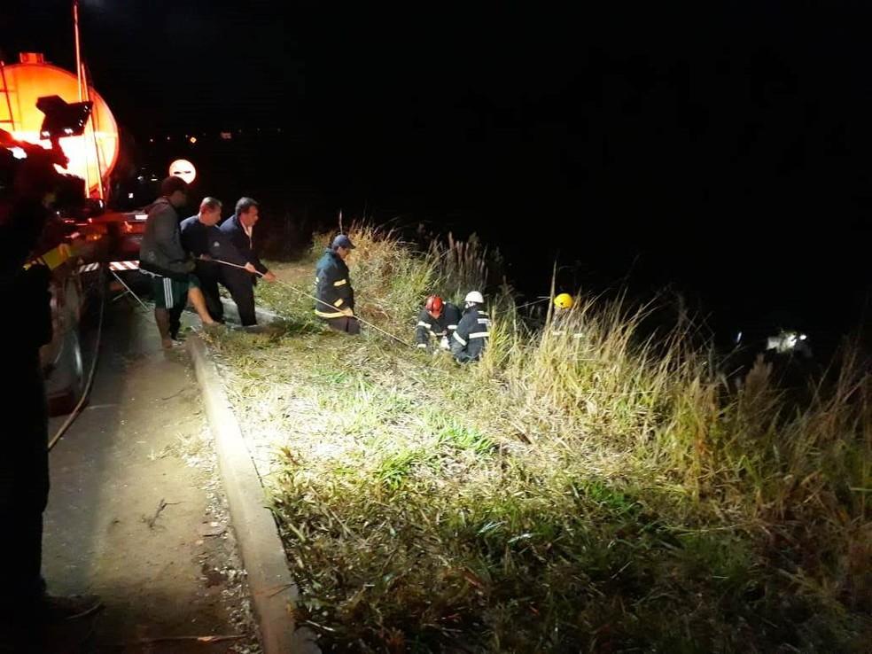 Resgate das vítimas de acidente na BR-146 foi feito com cordas (Foto: Corpo de Bombeiros/Divulgação)