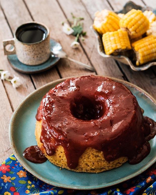 Receita de bolo vegano de fubá com calda de goiabada cascão (Foto: KLACIUS ANK / DIVULGAÇÃO)