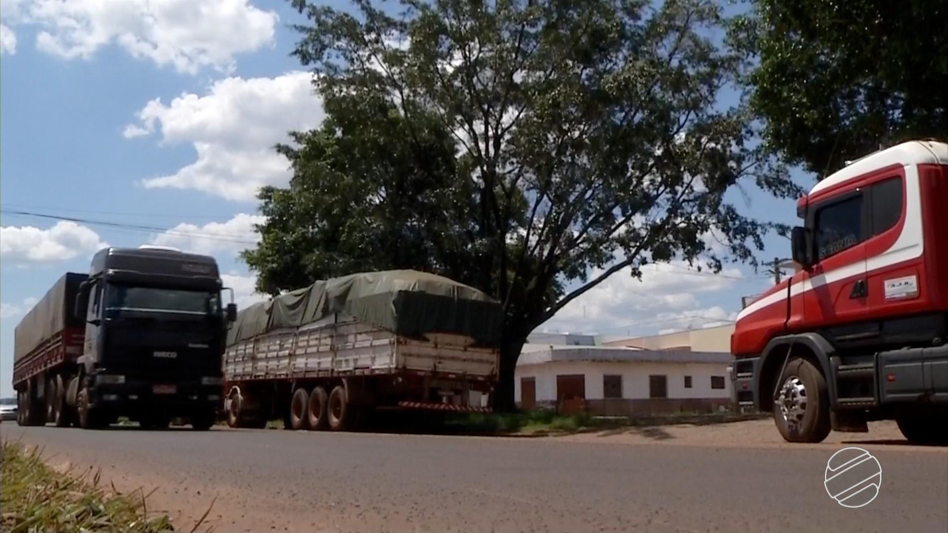 Greve de auditores provoca fila de caminhões em MS, na fronteira Brasil - Paraguai