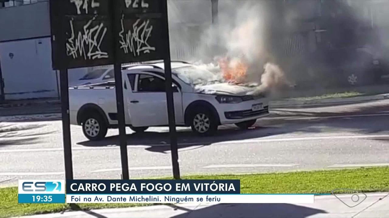 Carro pega fogo em avenida de Vitória