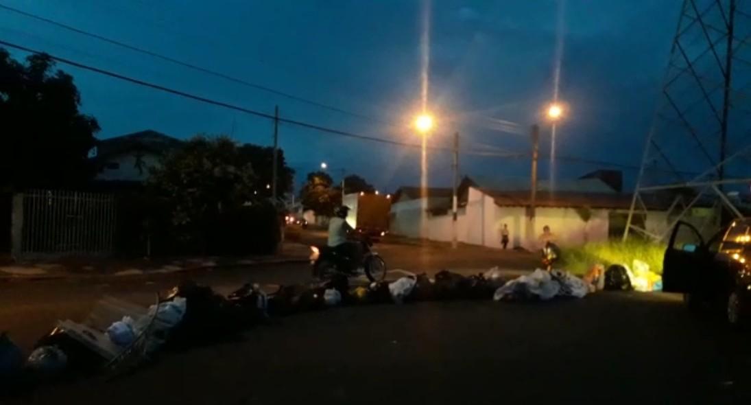 Moradores de Marília protestam contra constantes atrasos na coleta de lixo - Noticias