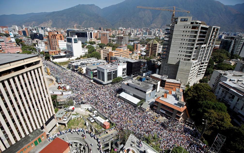 Opositores se reúnem em protesto contra Maduro na Venezuela — Foto: REUTERS/Adriana Loureiro