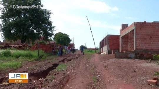 Famílias convivem com acúmulo de lixo e rua sem asfalto em setor de Paraíso do Tocantins