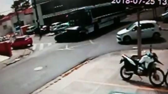 Resultado de imagem para Câmera flagra batida entre ônibus e carro no Centro de João Pessoa; assista