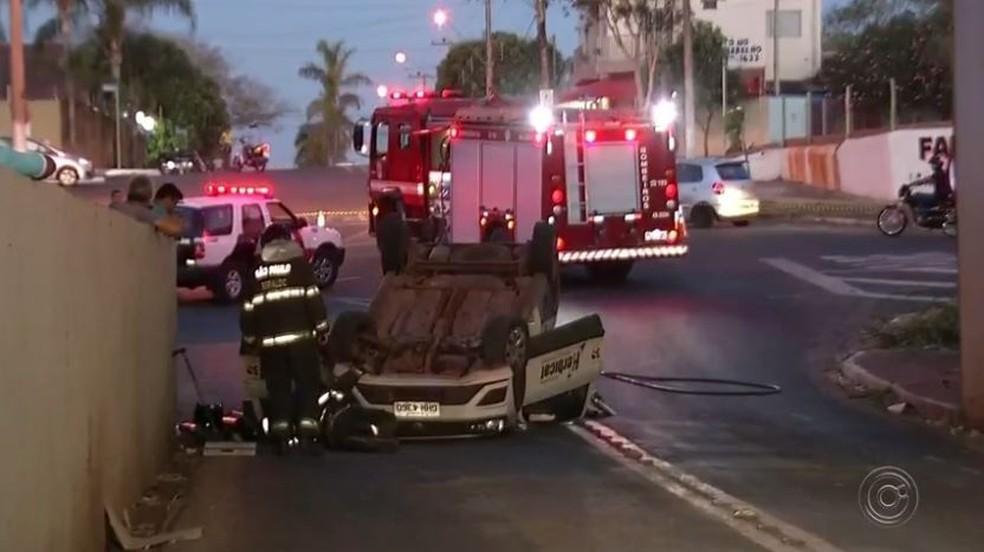 Carro copotou e duas pessoas ficaram feridas em Andradina (SP) (Foto: Reprodução/TV TEM)