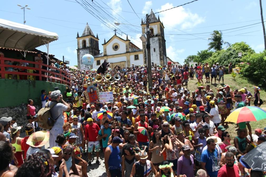 Foliões descem as ladeiras de Olinda com o Bacalhau do Batata — Foto: Aldo Carneiro/Pernambuco Press