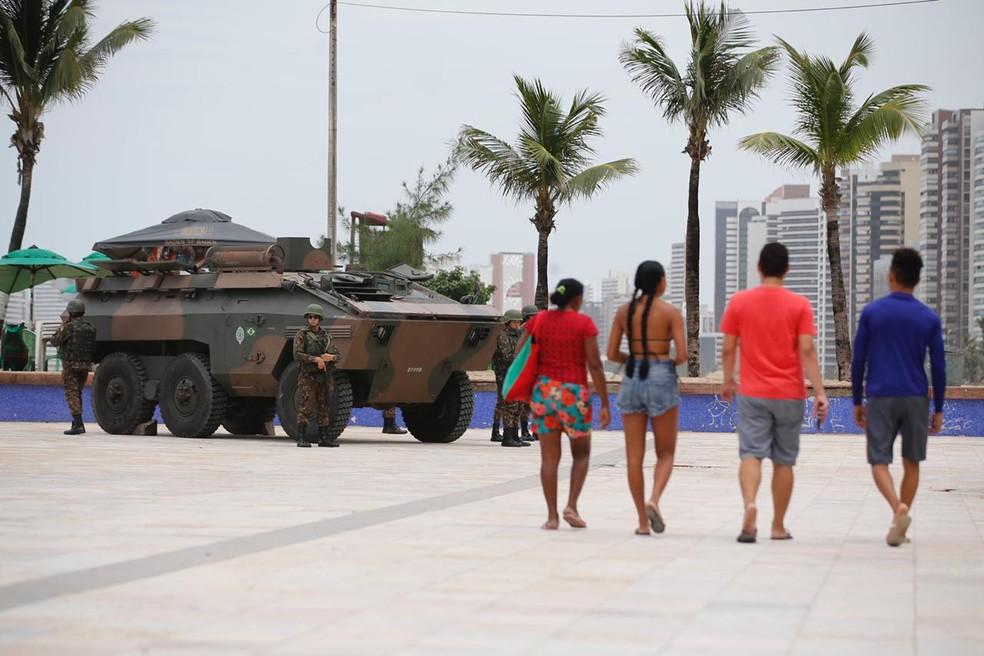 Blindados fazem patrulhamento ostensivo nas ruas de Fortaleza — Foto: Thiago Gadelha/SVM