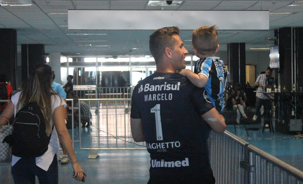 Marcelo Grohe com o filho Pietro na Arena (Foto: Diego Guichard)