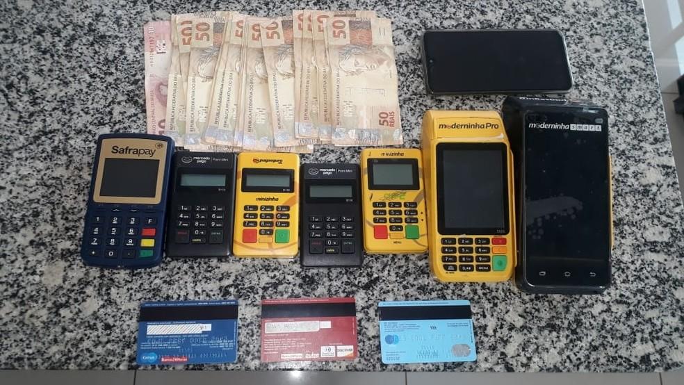 Máquinas, cartões, dinheiro e celulares foram apreendidos em Avaré (SP) — Foto: Polícia Militar Rodoviária/Divulgação