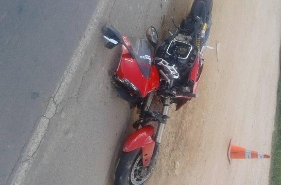 Motociclista morreu ao bater em toda de caminhão, na MG-401, em Janaúba. (Foto: Polícia Militar/Divulgação)