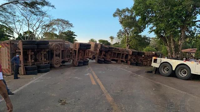 Acidente entre duas carretas e caminhonete causa interdição na BR-135 no MA
