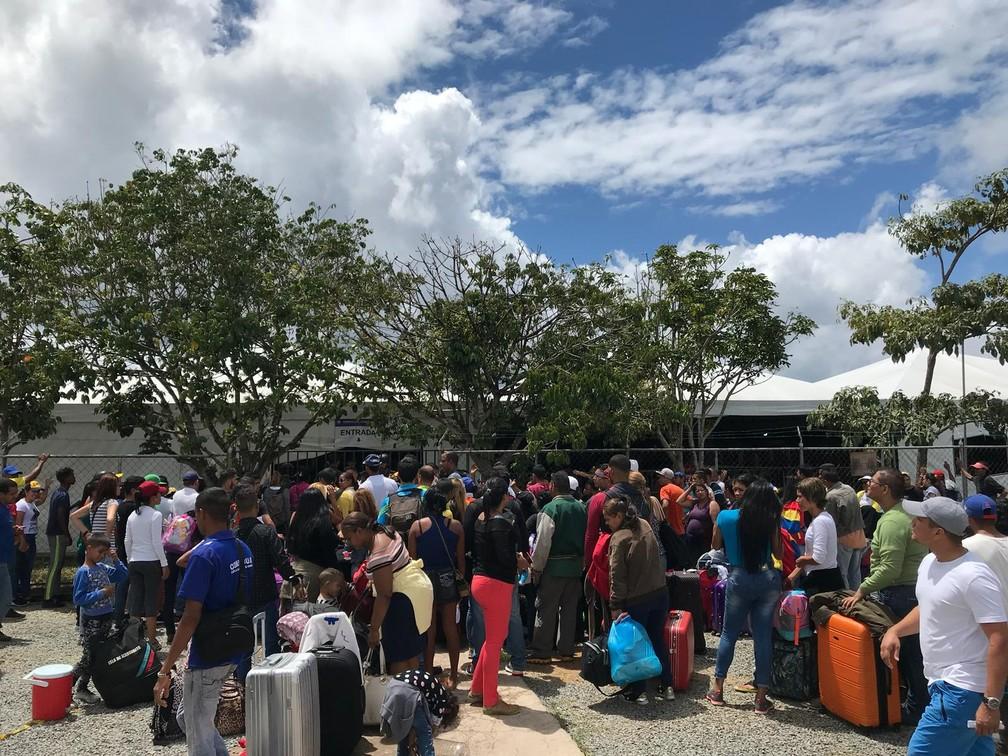Venezuelanos aguardam atendimento no centro de triagem instalado na fronteira em agosto de 2018 — Foto: Inaê Brandão/G1 RR