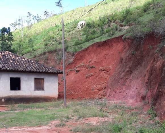 Família fica desalojada após forte chuva em Desterro do Melo, MG