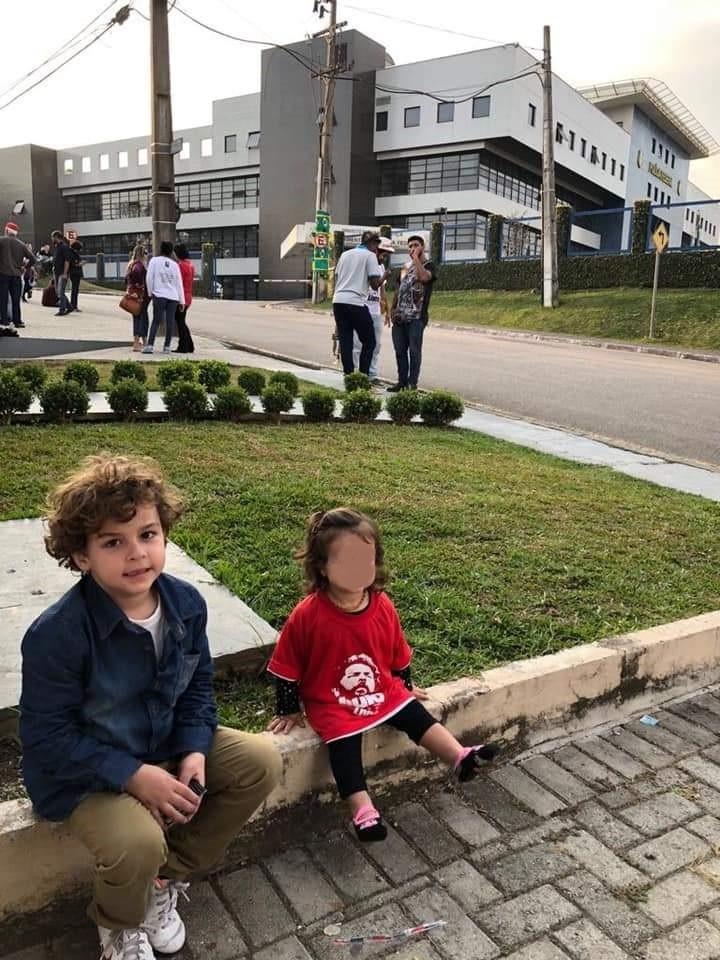 O neto do ex-presidente Lula, Arthur Araújo Lula da Silva, de 7 anos, que faleceu hoje, em visita ao avó preso em Curitiba