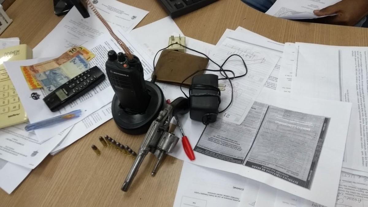 Jovem é preso com revólver e rádio amador escondido em casa de Ji-Paraná, RO