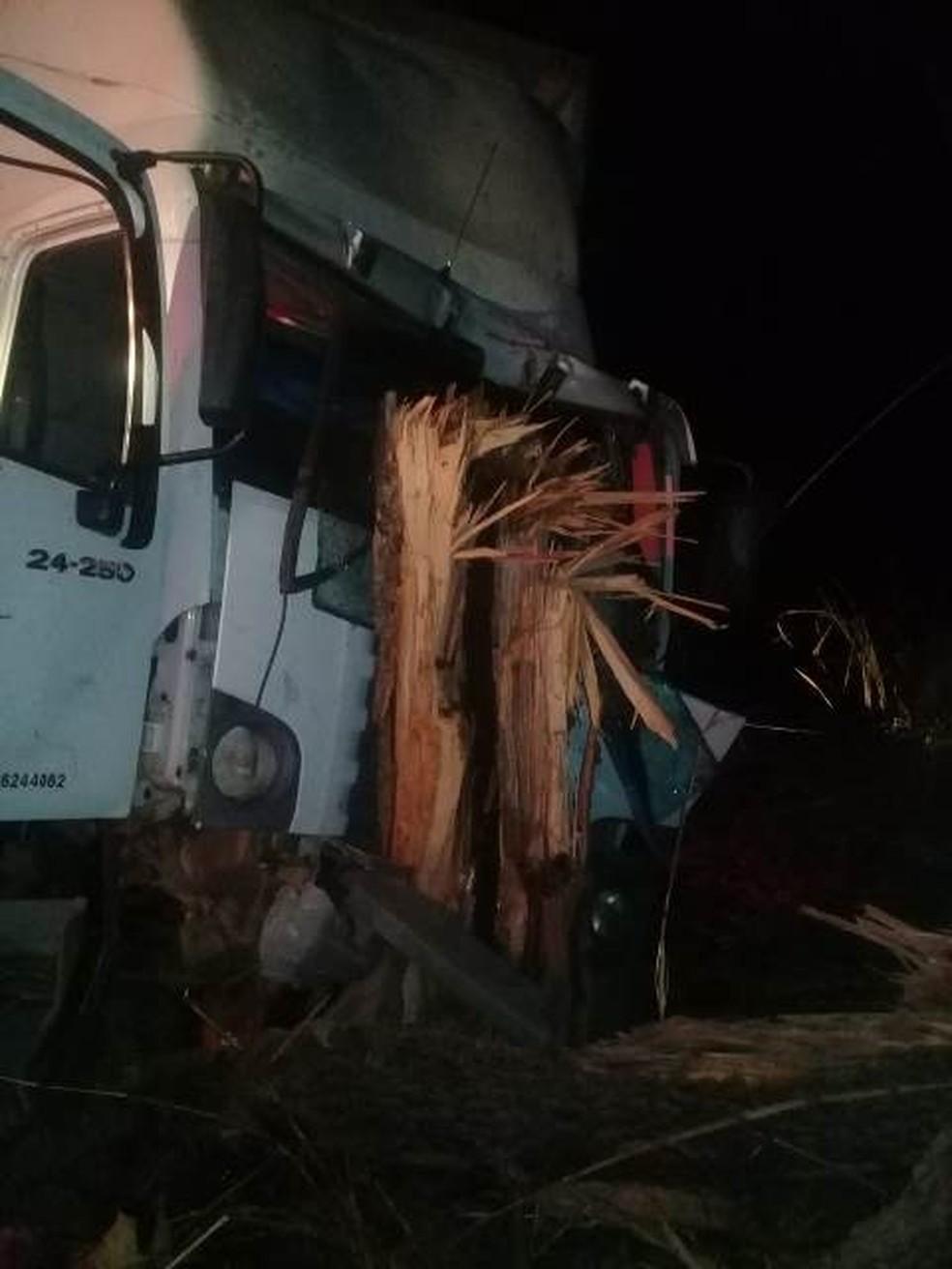 Motorista de carro morreu e bebê de 4 meses sobreviveu após ser lançado para fora de caminhão em acidente na BR-174 (Foto: Ripa nos Malandros)