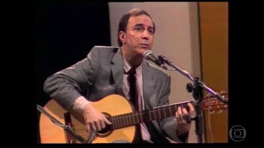 João Gilberto inventou jeito diferente de cantar e tocar violão que influenciou gerações