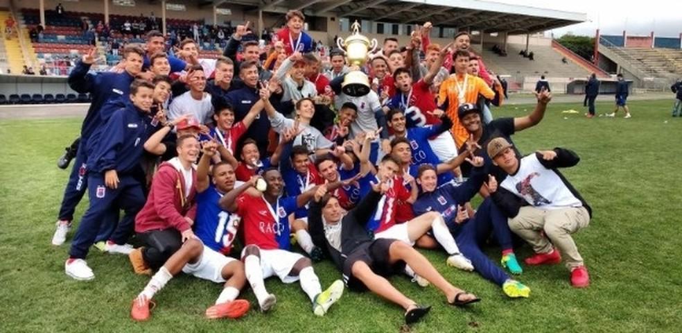 David não jogou a final do Paranaense sub-17, mas posou na foto do time campeão — Foto: Reprodução/Paraná Clube