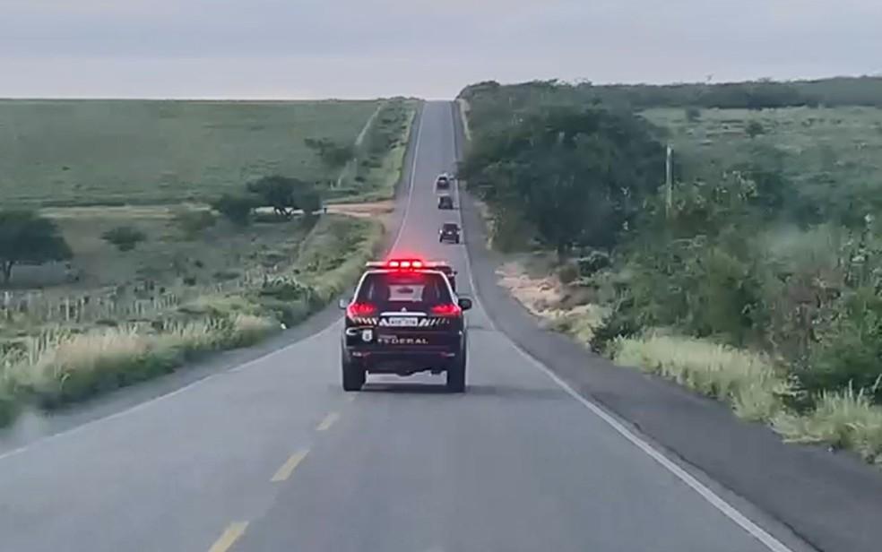 Viaturas da Polícia Federal que foram em Jeremoabo para cumprir mandados de operação nesta quarta-feira (2) — Foto: Divulgação/Polícia Federal