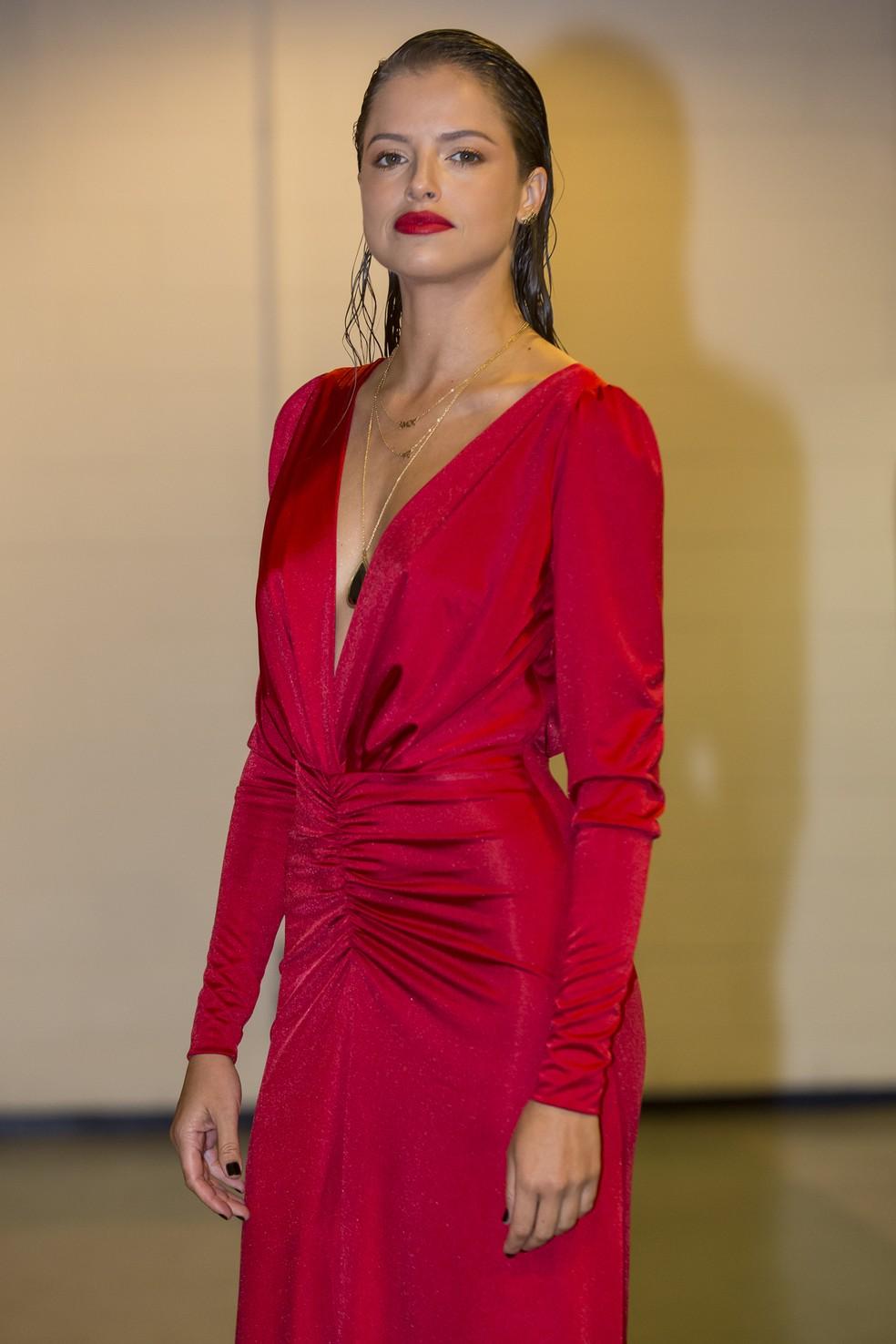 A atriz Agatha Moreira usa vestido vermelho para o Especial Roberto Carlos — Foto: Artur Meninea/Gshow