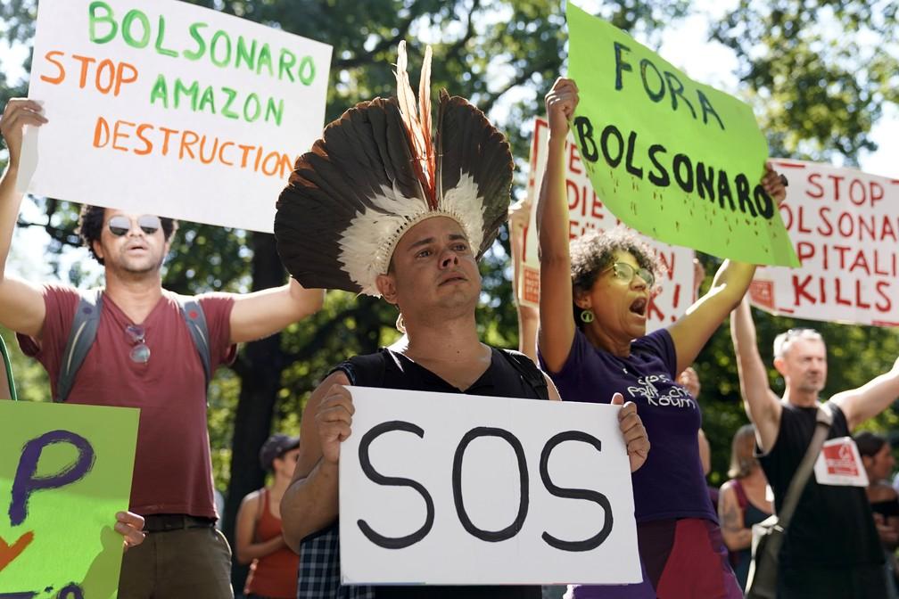 Manifestantes fazem protesto pela preservação da Amazônia nesta sexta-feira (23) em frente à embaixada brasileira em Berlim. — Foto: Odd Andersen / AFP