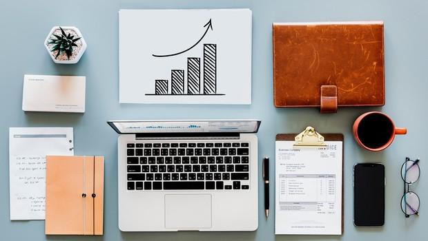 investimento - dinheiro - organização - mesa de trabalho (Foto: Pexels)