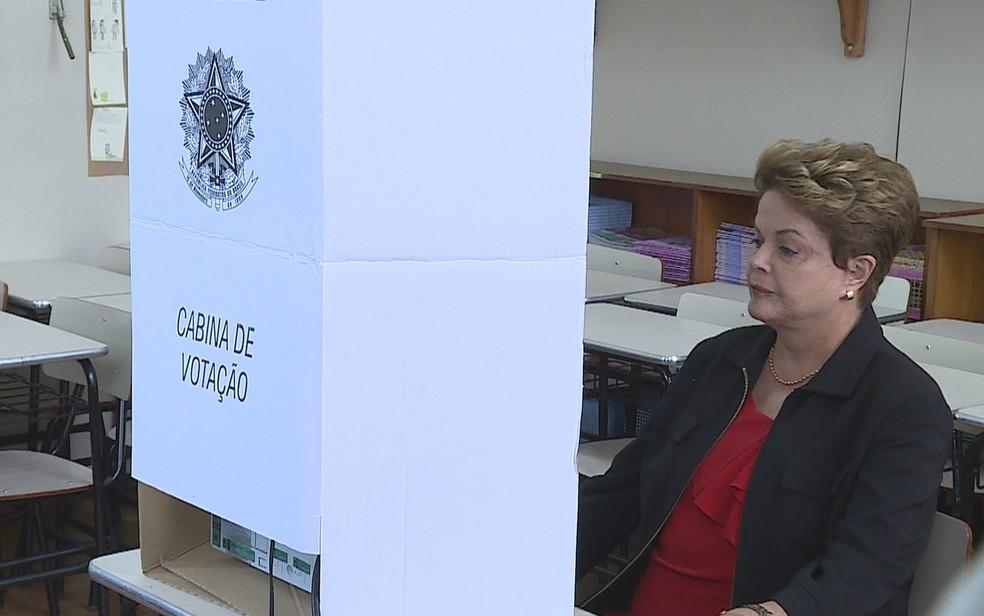 Ex-presidente Dilma Rousseff (PT), que concorria ao Senado, votou em Belo Horizonte — Foto: Reprodução/TV Globo