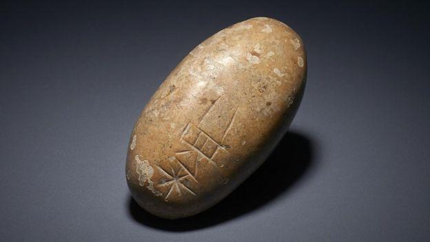Um pedregulho com inscrições estava entre os itens da coleção iraquiana (Foto: BRITISH MUSEUM)