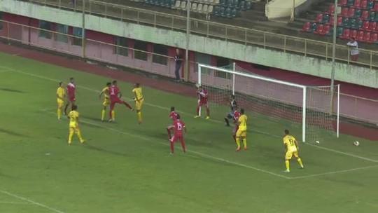 Lateral evita gol com a cabeça em cima da linha, árbitro marca pênalti e expulsa; vídeo