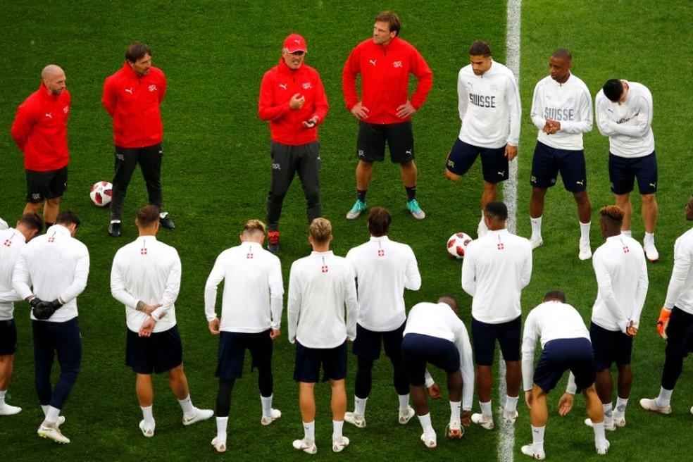 Petkovic em conversa com os jogadores da Suíça na véspera das oitavas de final (Foto: Reuters)