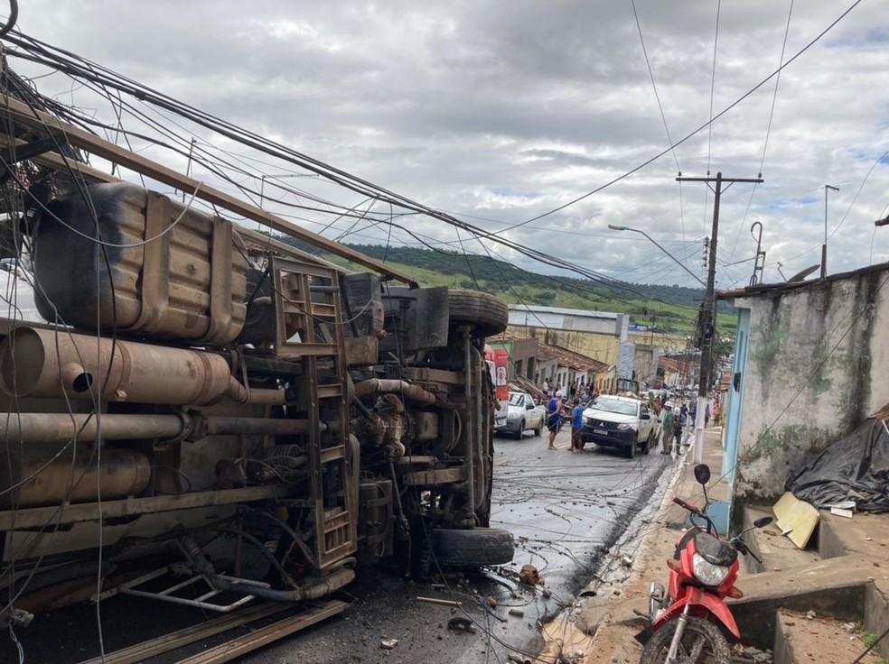 Acidente com caminhão deixou uma pessoa morta e dois feridos em via de São Miguel dos Campos, AL — Foto: CBMAL