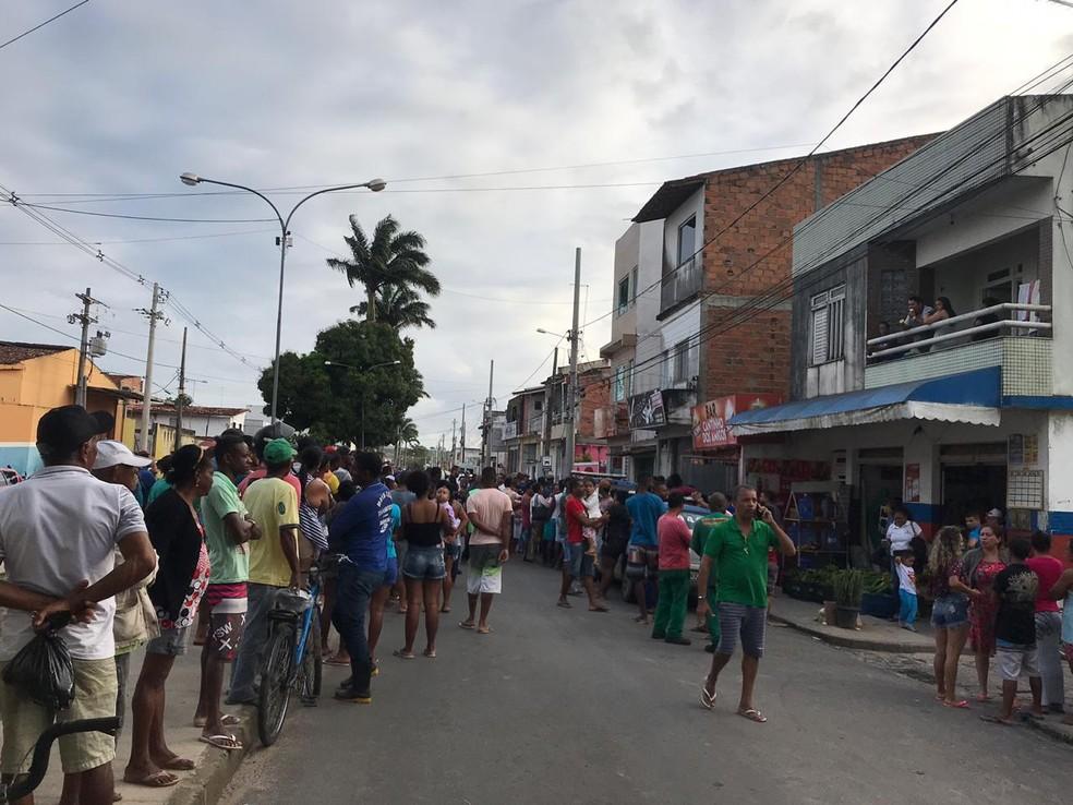 Corpo da vítima estava escondido no quintal do bar do suspeito — Foto: Marcus Augusto Macêdo/Voz da Bahia