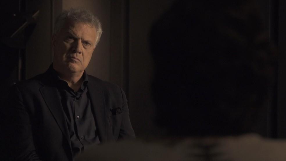 Pedro Bial em uma conversa com uma das vítimas do caso João de Deus — Foto: Globoplay