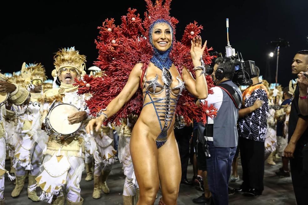 Sabrina Sato, madrinha de bateria da Gaviões da Fiel, posa em frente aos ritmistas da escola (Foto: Fábio Tito/G1)