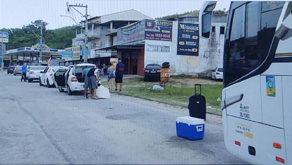 Turistas descem de ônibus antes da entrada de Cabo Frio para burlar fiscalização durante feriado — Foto: Reprodução/Inter TV