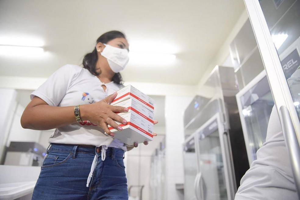 Das 22 mil doses do imunizante, mil vão ser destinadas para os profissionais da segurança e salvamento do Acre — Foto: Diego Gurgel/Secom